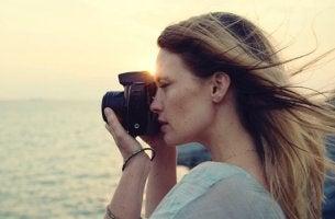 femme avec appareil photo