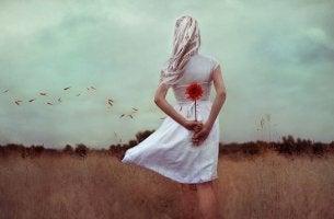 femme avec fleur dans le dos