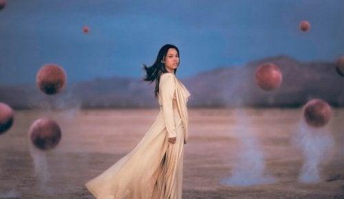 femme dans le désert en période de deuil