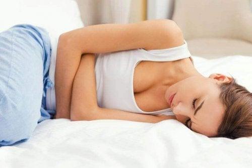 femme et maux de ventre : un des effets du stress