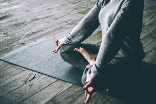 femme qui pratique le yoga chez elle