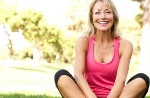 femme heureuse avec ménopause