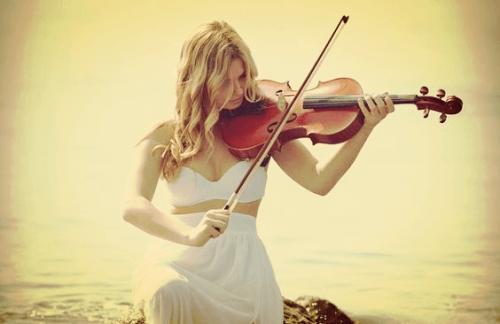 compétences soft d'une femme au violon
