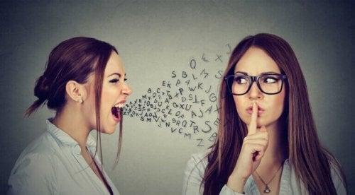 femme qui crie et qui opère la manipulation psychologique