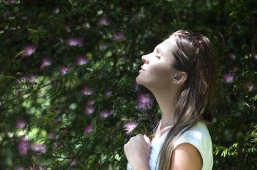femme qui pratique des exercices de respiration