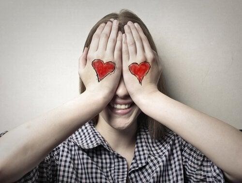 femme qui se cache les yeux, représentation de l'amour aveugle