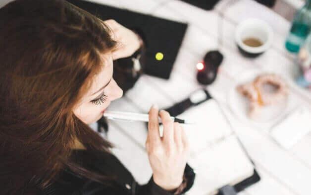 femme pratiquant l'intelligence émotionnelle au travail