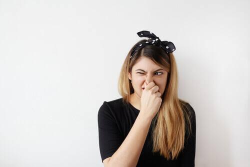 femme atteinte du syndrome de référence olfactive