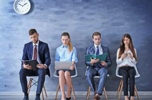 gens assis en attente d'un entretien d'embauche