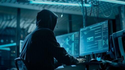 hacker faisant du doxing