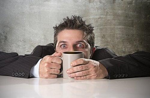 Comment l'intoxication à la caféine se produit-elle ?