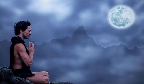 homme qui prie devant la lune