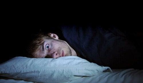 homme faisant du somnambulisme