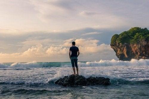 homme sur un rocher qui est une personne tranquille