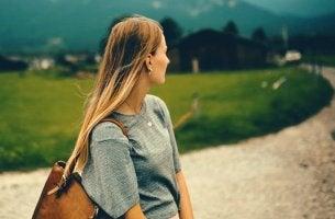 jeune femme et chemin