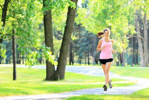 jeune femme faisant du sport