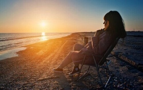 jeune femme sur la plage qui prend de la distance