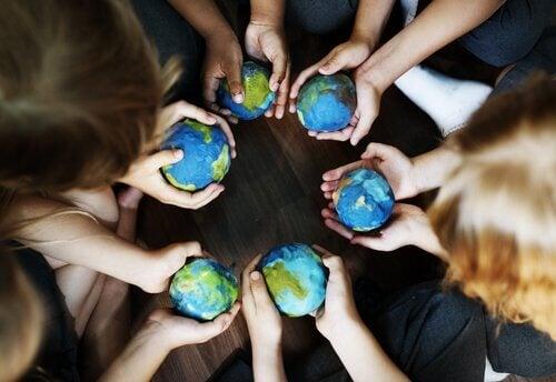 gens avec des boules du monde dans leurs mains