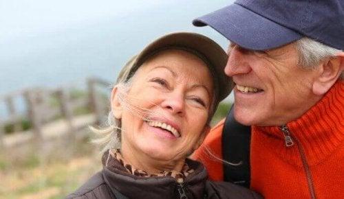 couple de personnes âgées heureuses