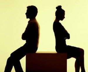 couple qui se tourne le dos