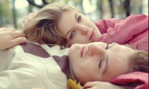 couple ressentant des émotions étranges