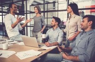 Travailleur au travail parlant à ses collègues