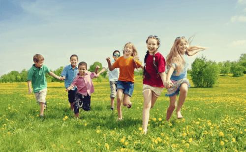enfants qui courent : l'éducation aux valeurs
