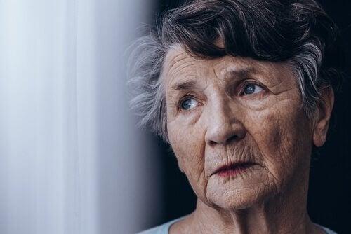 femme âgée avec déficit cognitif léger