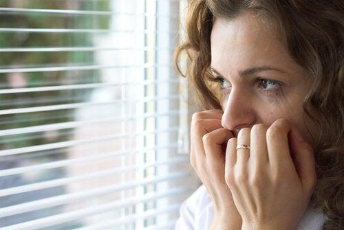 femme souffrant de l'incertitude émotionnelle