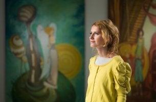 femme dans un musée