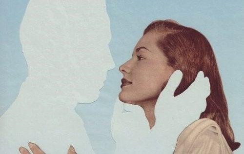 femme et personnage invisible