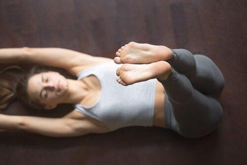 femme qui fait des postures de yoga