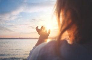 femme qui regarde le soleil