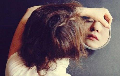 reflet d'une femme dans son miroir