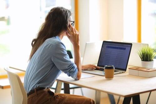 femme atteinte de démence numérique
