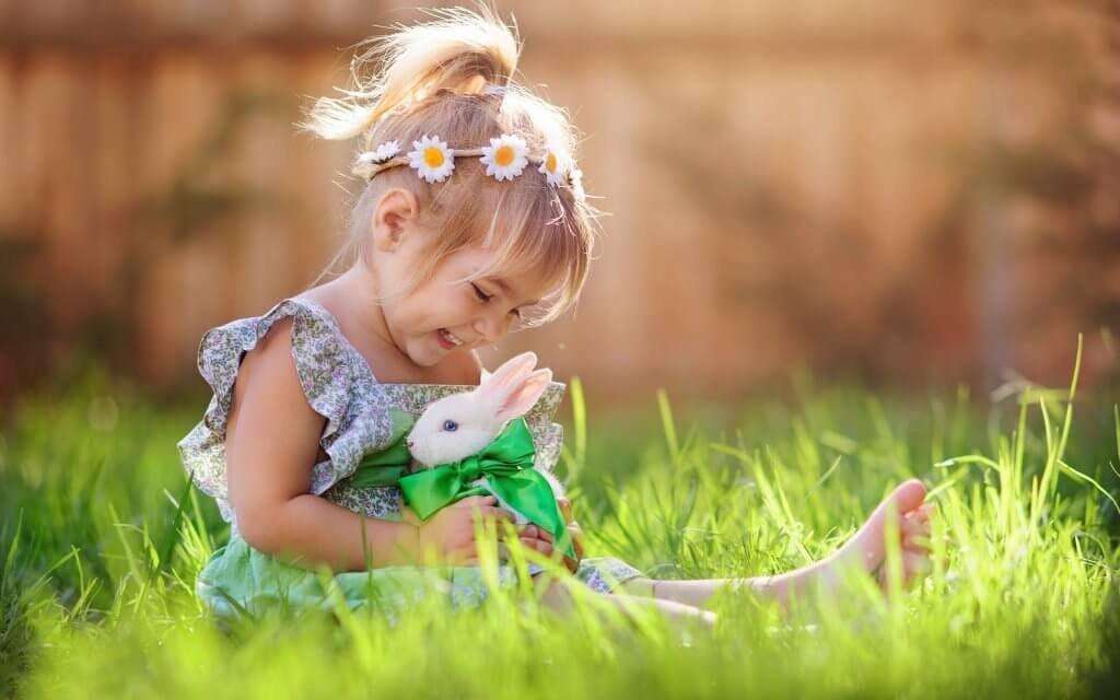 petite fille et lapin : l'éducation aux valeurs