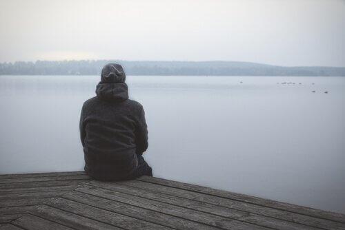 homme dans l'incertitude émotionnelle