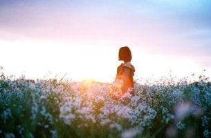 jeune femme dans un champ