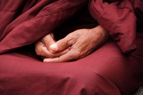 mains d'un moine