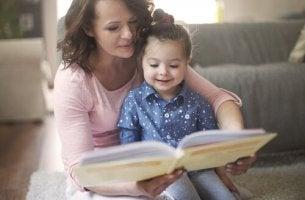 maman qui lit une histoire