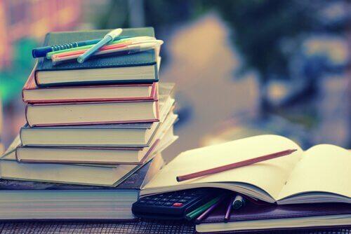 pile de livres de candidats