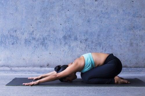 postures de yoga : posture de l'enfant
