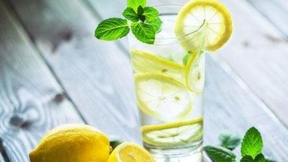 Boire un verre d'eau tiède avec du citron le matin