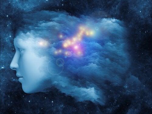 visage dans le ciel étoilé