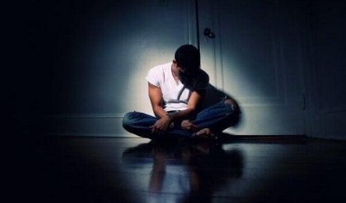 adolescent assis seul