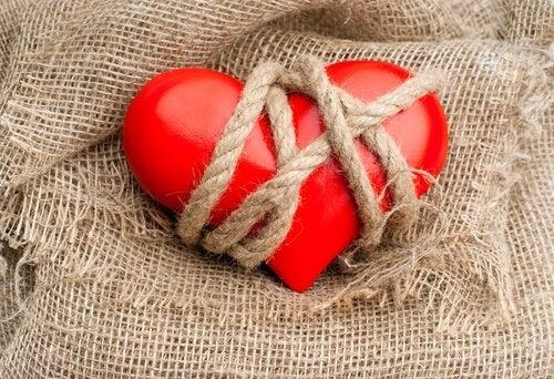 cœur attaché des personnes accros aux relations