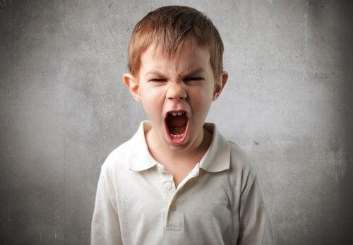 enfant qui crie à cause de la psychopathie infantile