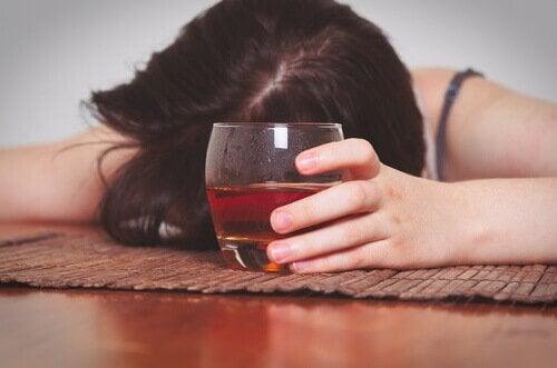 femme souffrant d'alcoolorexie