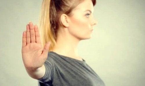 L'indifférence assertive, qu'est-ce et comment fonctionne-t-elle?