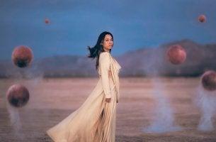 femme et sphères